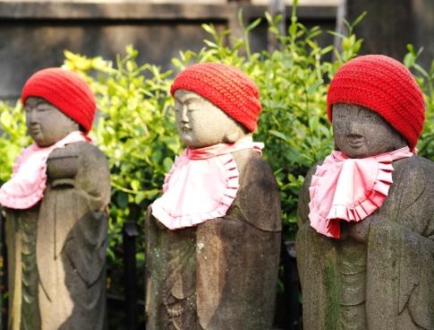 Jizō- Statuen auf einem Friedhof in Tokyo