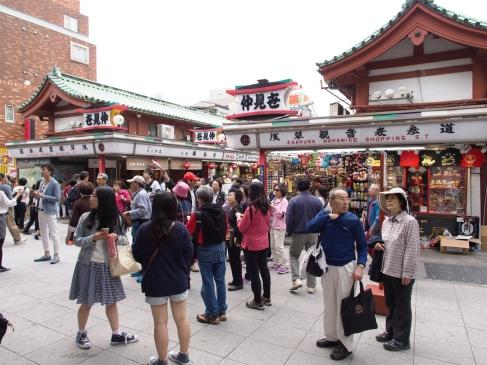 Vorm Tempelbesuch noch schnell shoppen oder was essen: Senso-ji in Tokyo