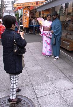 Wer sagt, dass nur Japanern Kimonos stehen?