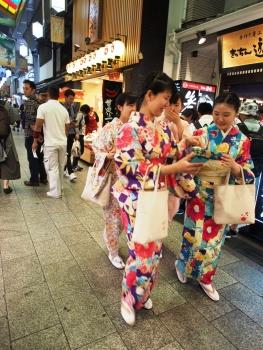 Kawai! Kichernde Schulmädchen in Kimonos