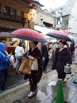 Geisha-Spotting at its best: kurz nach einer Vorstellung ieisha-Theater