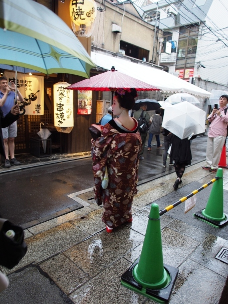 Diese junge Dame ist eine Maiko (eine Lern-Geisha), gut zu erkennen am langärmligen, bunten Kimono, der im Nacken sehr tief sitzt