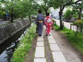 Ein Paar in Kimonos auf dem Philosophenweg in Kyoto