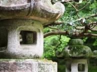 Bei religiösen Festen werden die Steinlaternen erleuchtet