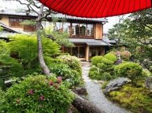 Rote Lackschirme finden sich in vielen japanischen Gärten
