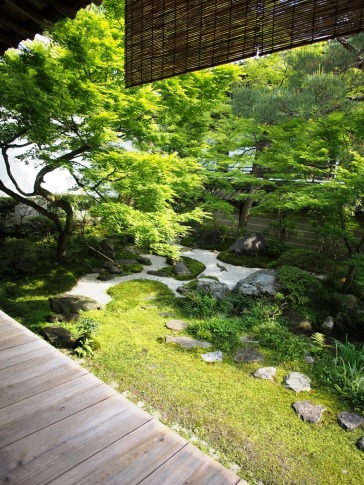 Im Garten des Eikan-do mischen sich trockene Elemente (Steine) und nasse Elemente (Pflanzen)