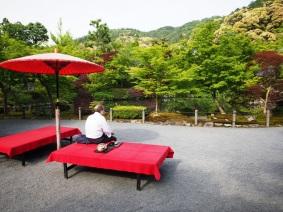 In Ruhe einen Tee genießen mit Blick auf den Eikan-do
