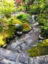 Ein kleiner Bach fließt durch den Garten des Eikan-do in Kyoto