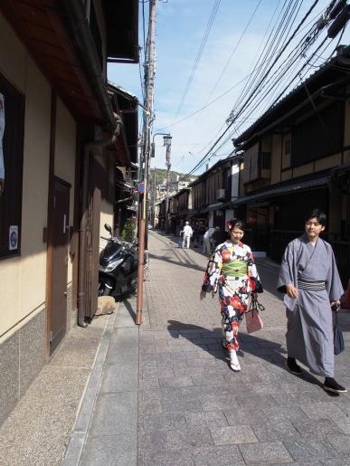 Ein Paar in Kimonos spaziert durch Gion