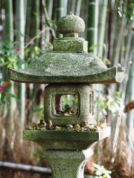 Steinlaterne in einem Tempel
