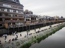 Blick von einer Brück über den Kamo auf Restaurants in Kyoto