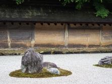 Die Mauer um den Steingarten des Ryoan-ji mit ölgetränktem Ton verputzt, was das charakteristische Muster ergeben hat