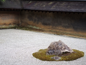 Aus keinem Blickwinkel sind alle 15 Steine des Ryoan-ji sichtbar