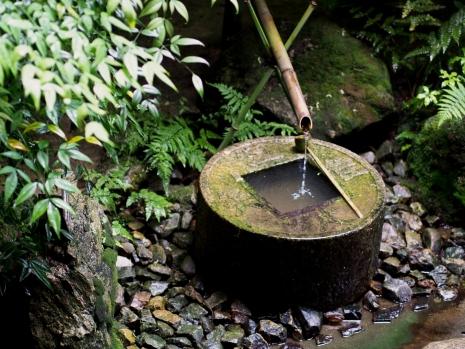 Das bekannte Wasserbasin des Ryoan-ji in Kyoto