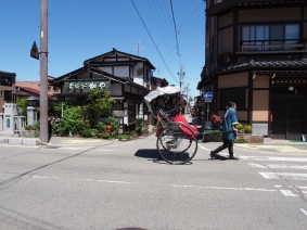 Touristen erkunden Takayama gerne per Rikscha