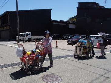 Die Kleinen ins Körbchen: Kindergartenausflug in Takayama