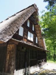Ein altes Haus im Gassho-zukuri-Stil