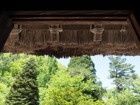 Die alten Bauernhäuser in Ogimachi sind mit dicken Reetdächern gedeckt