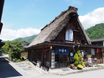 Ein Haus im Gassho-zukuri-Stil