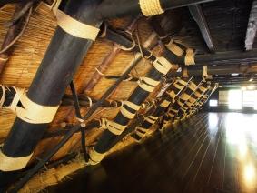 Seilschaften: ein Gassho-zukuri-Haus von innen
