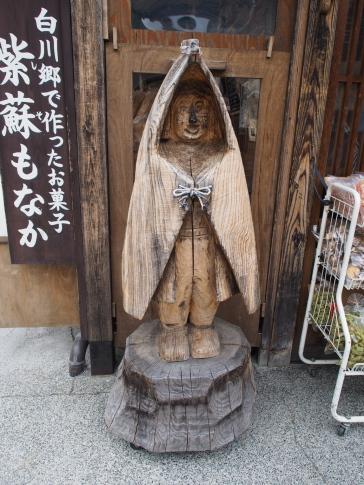 Holzfigu vor einem Geschäft in Ogimachi