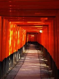 Tausende rote Tore im Fushimi Inari-Taisha