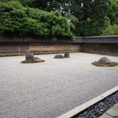 Ein paar der 15 Felsen im Steingarten des Ryoan-ji – aber nicht alle!