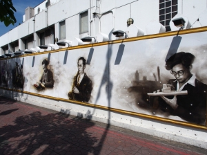 Street Art in Bangkok: Szenen aus dem Leben von König Bhumibol
